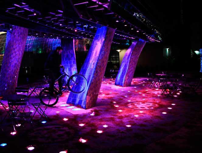 bar iluminado a noite com luz lilas