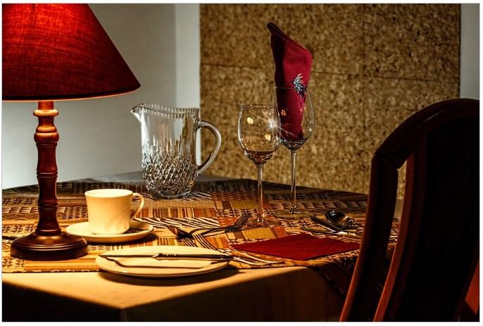 focos de luz em mesa de jantar