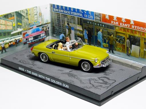 Diorama: MG MGB - James Bond - 007 The Man With The Golden Gun (007 - Contra o Homem com a Pistola de Ouro) - 1:43