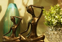 Escultura Mulher m�o no cabelo Bronze 27 cm