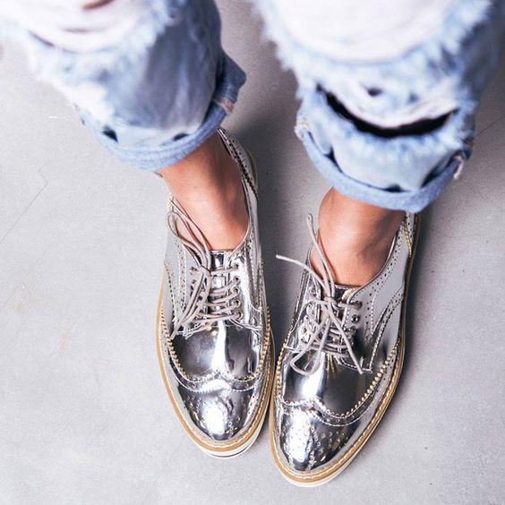 286b1a816 Mas afinal, como combinar os sapatos metalizados com o look?