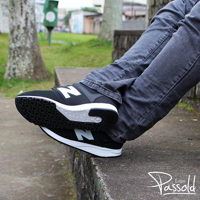 be72110c52 ... ou cansado com este tênis. Combine o New Balance 247 com calças jeans  escuras ou claras